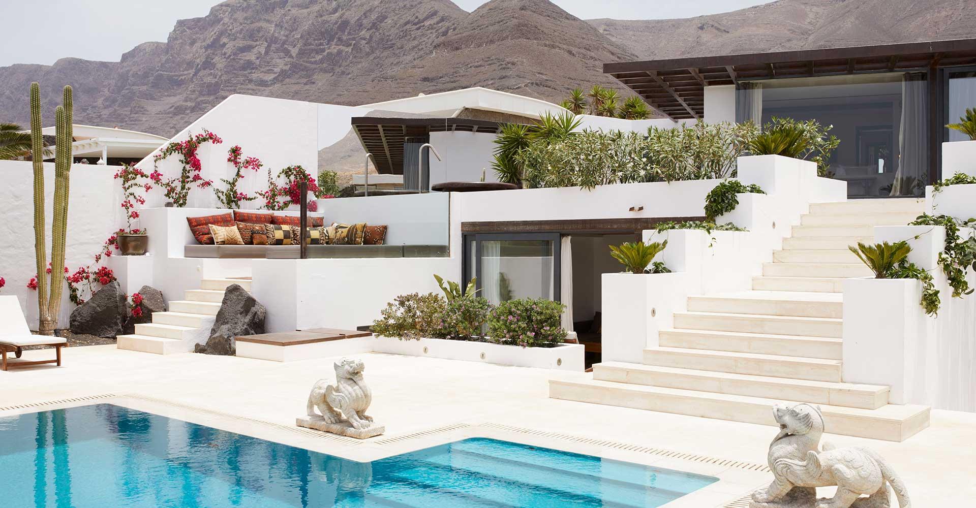 Casa Sua en Lanzarote exterior terrazas blancas y piscina