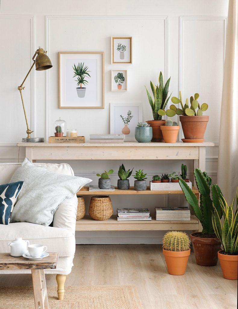 decoración nórdica salón con plantas y cuadros