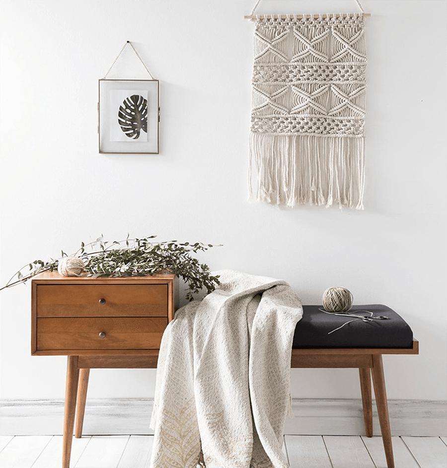 estilo_nordico_Decotherapy textil blanco, banco madera y flores secas
