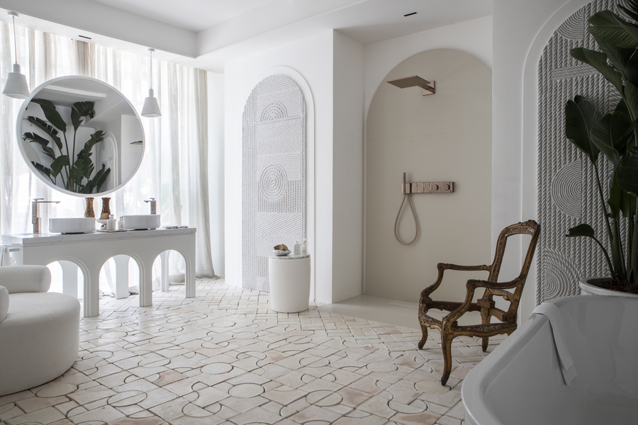 baño grande blanco con tocador. Casa Decor 2021
