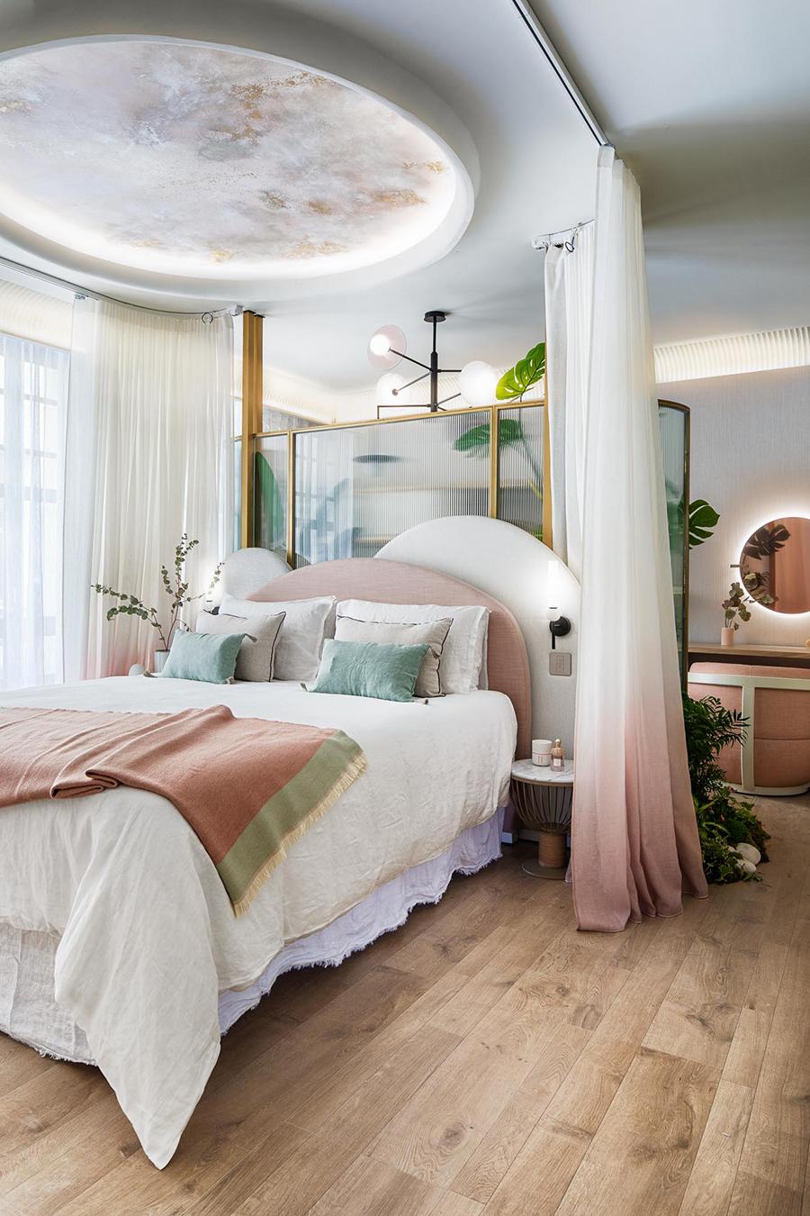 Casa-Decor-2021-Espacio-Uecko-vestidor con tocador junto a dormitorio techo blanco colores rosa palo