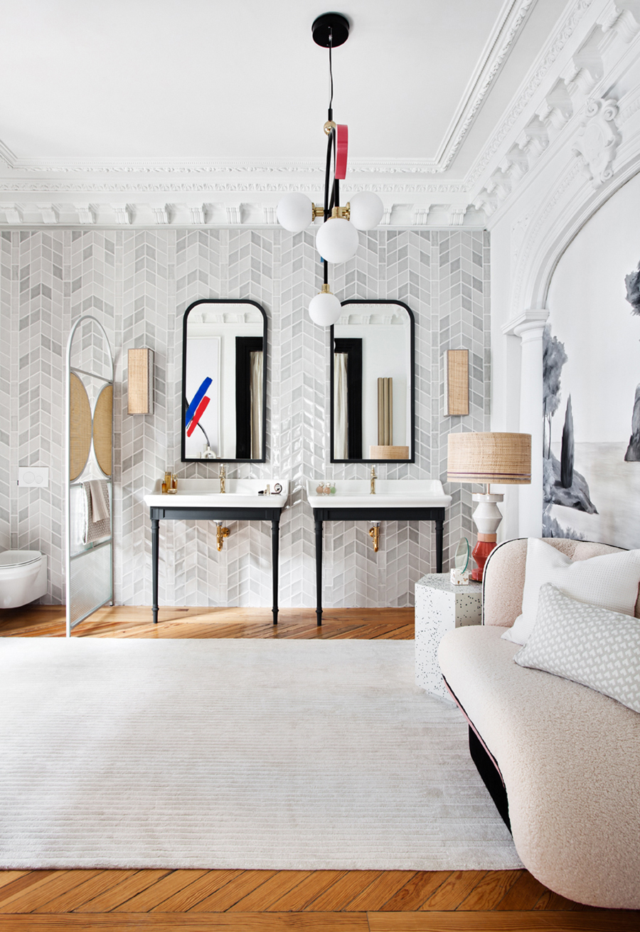 casa-decor-2021-baño blanco dos picas en negro y latón alfombra