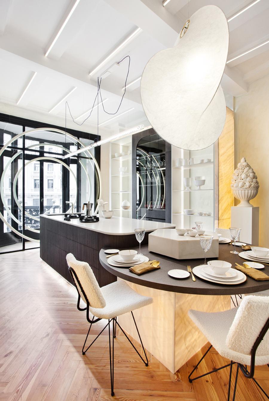 FOTO ESPACIO SIXTYPRO cocina abierta de lujo en negro y gris alabaster suelo madera