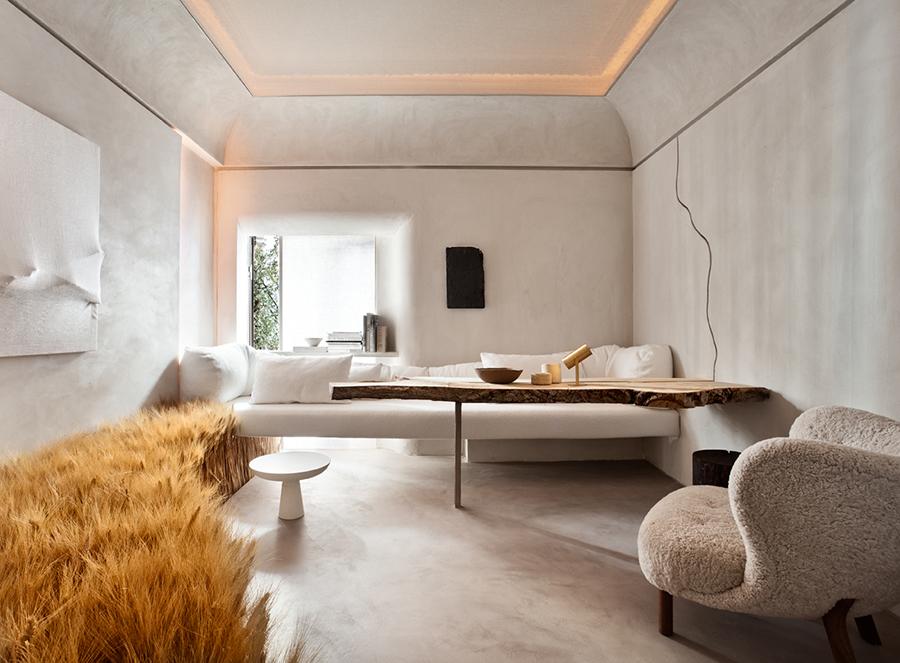 Salón de paredes en gris, techo retro iluminado y espigas a un lateral a modo decorativo