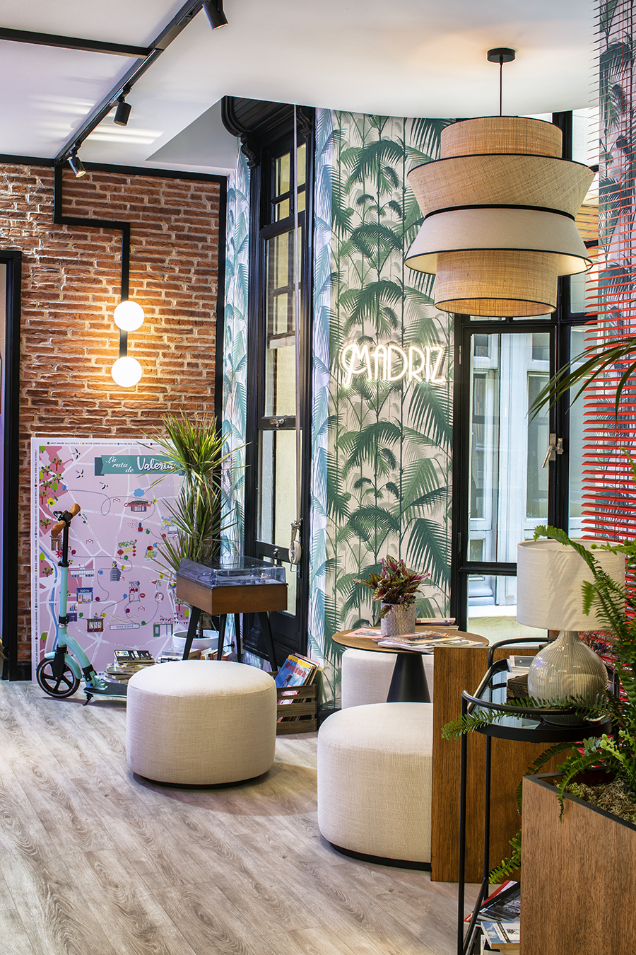 espacio decorado con papel de pared poufs beige y lámpara de ratán