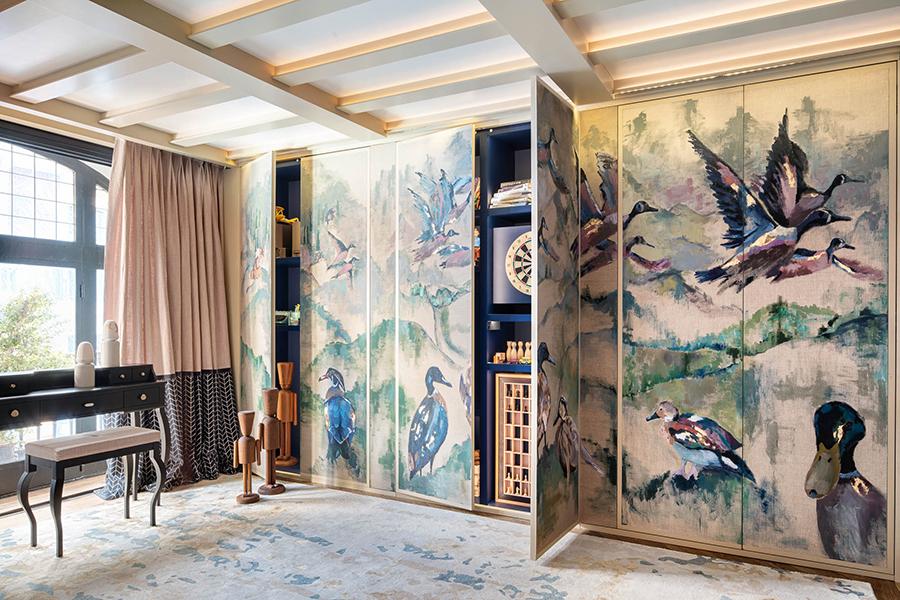 habitación infantil con muebles lujosos y paneles de armario estampados con motivos de pato