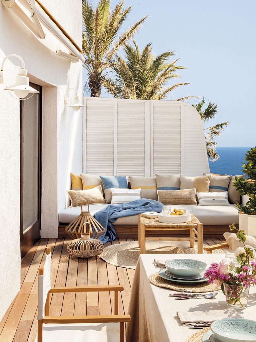 terraza con suelo de madera de un apartamento de playa con vistas al mar
