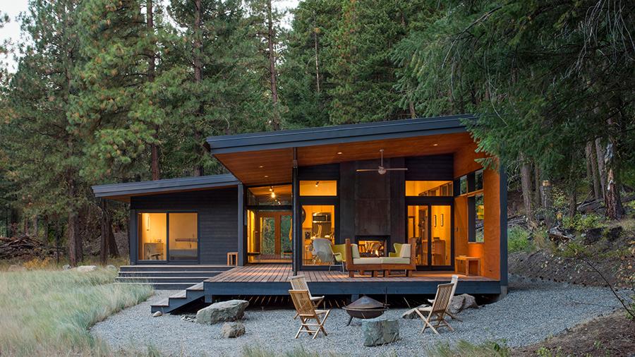 casa en la montaña de una planta exterior acabado en negro y terraza