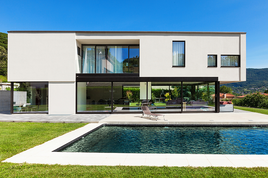 casa de diseño fachada blanca con jardín i piscina