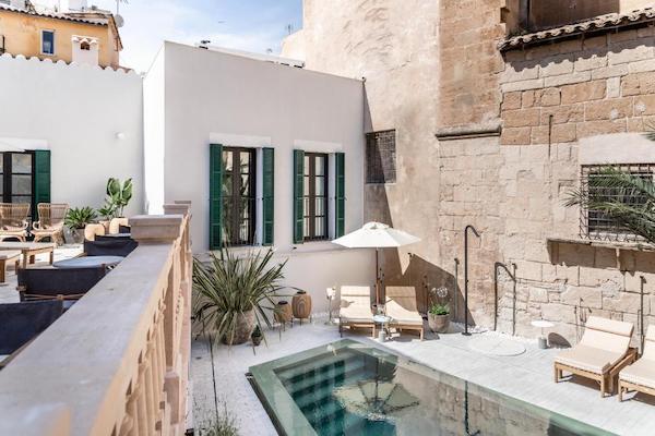 Piscina en terraza de casa estilo mallorquín