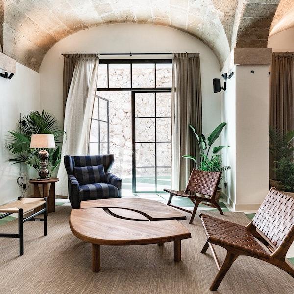 Salón de lectura estilo clásico con muebles nórdicos
