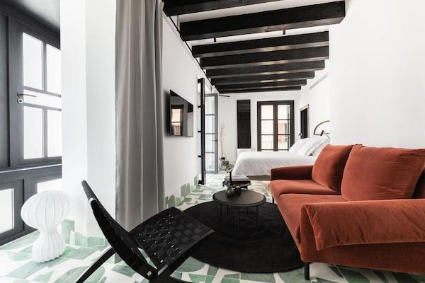 Habitación de hotel en colores blanco, negro y verde