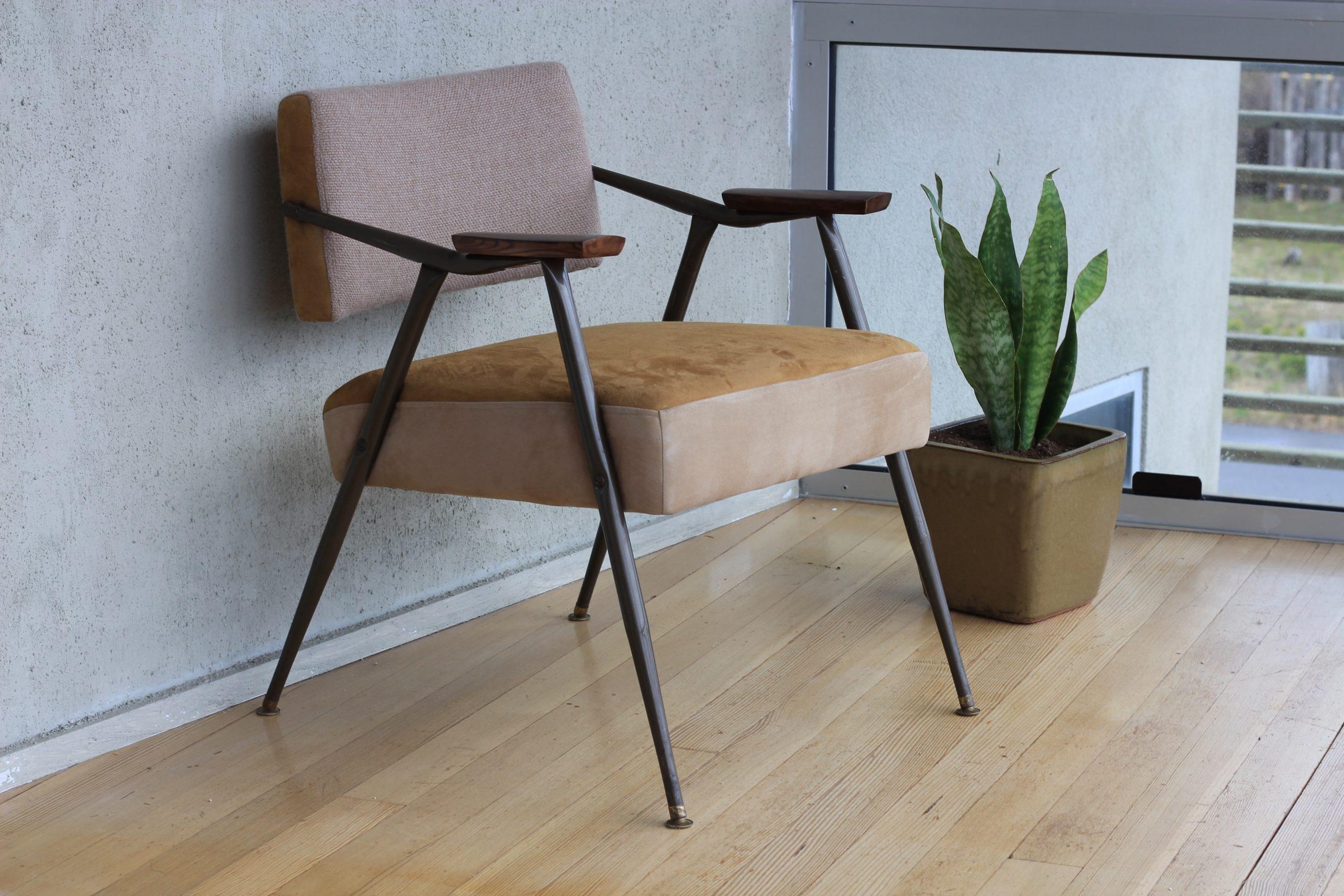 Silla tapizada con brazos de estilo mid-century ideal para diseño de interiores