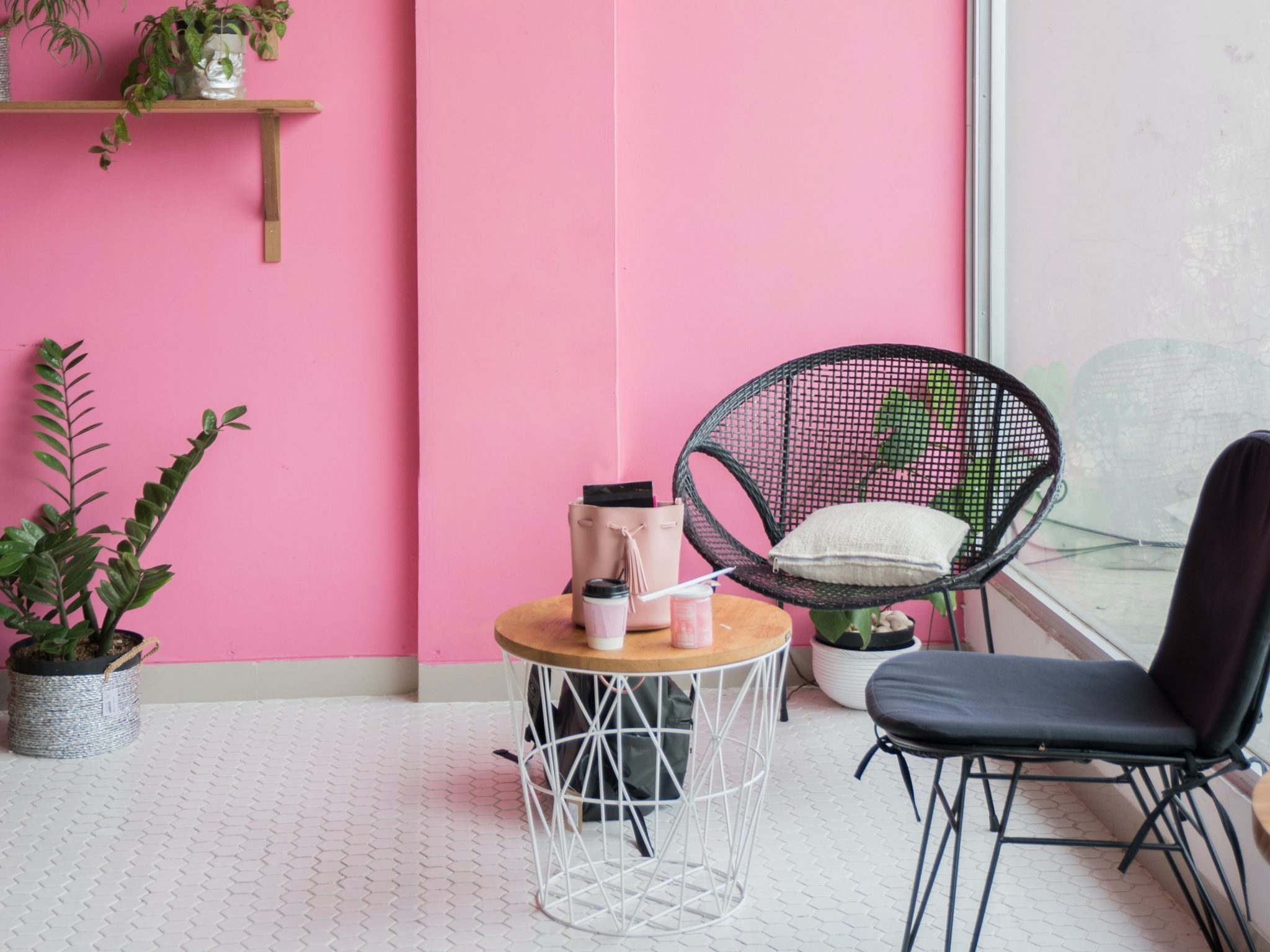 diseño de interiores con habitación de color rosa y muebles en negro